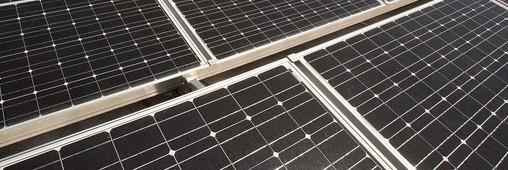 Cette image représente des panneaux solaires en surimpositioni au bâti du toit