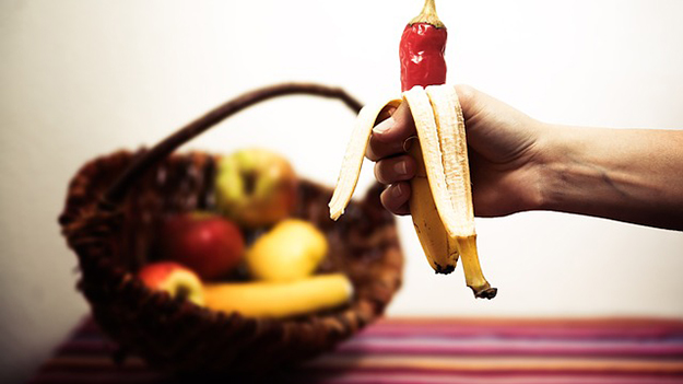 banane-poivron-corbeille-fruits-chasser-les-mouches-maison-éloigner-insectes-astuces