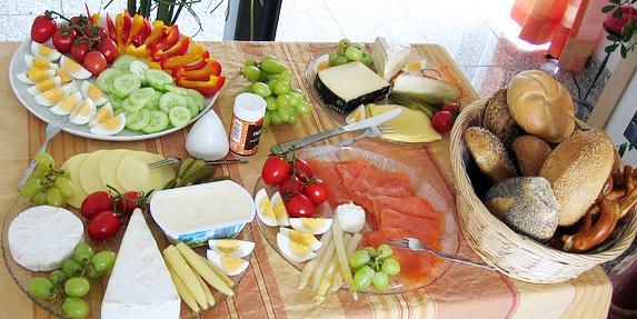 petit-dejeuner-brunch-buffet-fruits-legumes