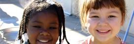Des enfants échauffent leurs voix contre leur gouvernement