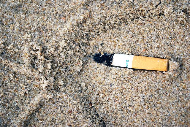 15 écogestes à la plage et à la mer Cigarette-megot-plage-sable