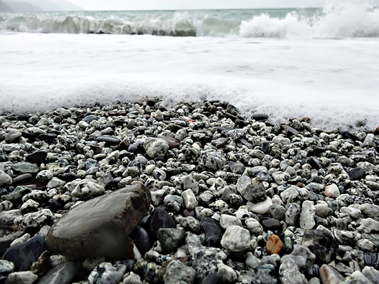 15 écogestes à la plage et à la mer Mousse-plage-mer-galets