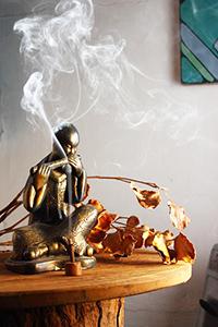 encens-zen-bouddha-statue-maison-parfum-fumee