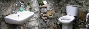 ile-grecque-toilettes-excrements-biocarburant-00-ban