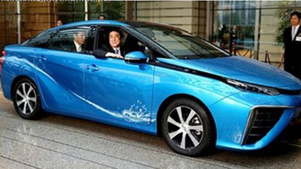 Crédit photo: © Le premier Ministre Japonais Shinzo Abe à bord de la Toyota MIRAI