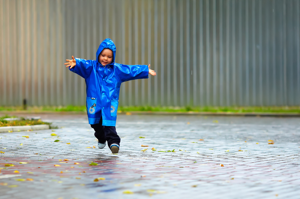 Enfant sautille sous la pluie