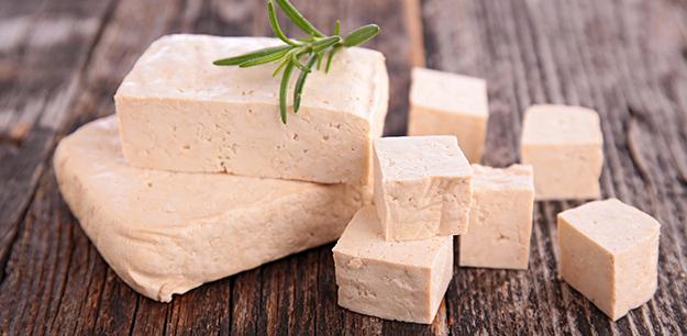 tofu frais prêt à cuisiner © Shutterstock http://www.shutterstock.com/fr/pic-250549654/stock-photo-fresh-tofu-on-table.html