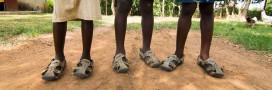 Une 'chaussure qui grandit' et protège les pieds des enfants démunis