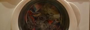 Le lavage en machine des tissus synthétiques libère des microfibres plastiques