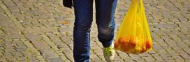 Sacs en plastique à usage unique: des commerces continuent d'en utiliser