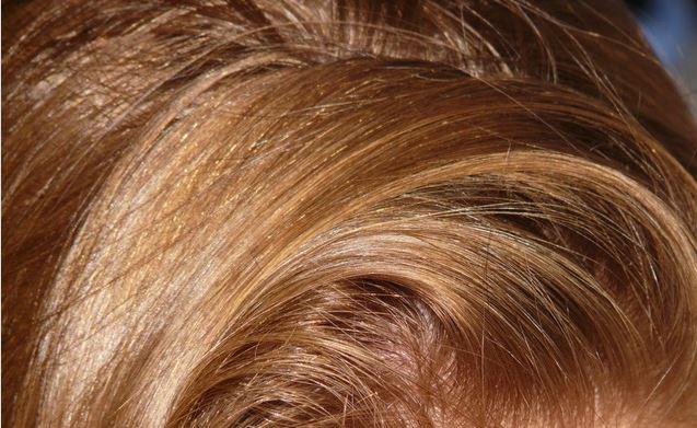 cheveux rinçage à l'eau